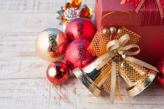 Caja de regalo de la Navidad con las decoraciones y bola del color en wh del vintage Imágenes de archivo libres de regalías