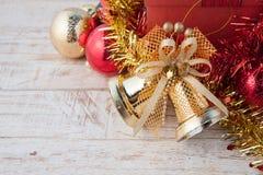 Caja de regalo de la Navidad con las decoraciones y bola del color en wh del vintage Fotos de archivo