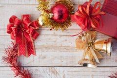 Caja de regalo de la Navidad con las decoraciones y bola del color en wh del vintage Imagen de archivo