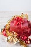Caja de regalo de la Navidad con las decoraciones y bola del color en wh del vintage Foto de archivo