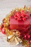 Caja de regalo de la Navidad con las decoraciones y bola del color en wh del vintage Foto de archivo libre de regalías