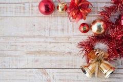 Caja de regalo de la Navidad con las decoraciones y bola del color en wh del vintage Fotografía de archivo