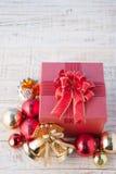 Caja de regalo de la Navidad con las decoraciones y bola del color en wh del vintage Imagenes de archivo