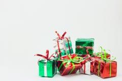 Caja de regalo de la Navidad en el fondo blanco, regalo del Año Nuevo Fotos de archivo libres de regalías