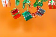 Caja de regalo de la Navidad en fondo anaranjado Imágenes de archivo libres de regalías