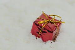 Caja de regalo de la Navidad en nieve Foto de archivo libre de regalías