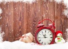 Caja de regalo de la Navidad, juguete del muñeco de nieve y despertador Fotografía de archivo
