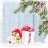 Caja de regalo de la Navidad, juguete del muñeco de nieve y rama de árbol de abeto Fotografía de archivo libre de regalías