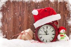 Caja de regalo de la Navidad, muñeco de nieve y despertador Fotografía de archivo libre de regalías