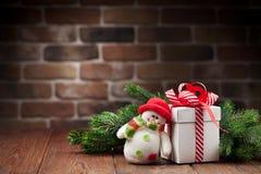 Caja de regalo de la Navidad, muñeco de nieve y rama de árbol Imagen de archivo