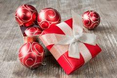Caja de regalo de la Navidad por completo de chucherías de Navidad Fotografía de archivo libre de regalías