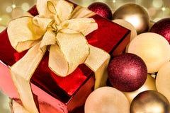 Caja de regalo de la Navidad, rojo y decoración de las chucherías del oro Fotografía de archivo