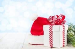 Caja de regalo de la Navidad, sombrero de santa y árbol de abeto Imagen de archivo