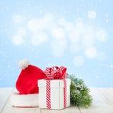 Caja de regalo de la Navidad, sombrero de santa y rama de árbol Imágenes de archivo libres de regalías