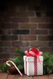 Caja de regalo de la Navidad y rama de árbol Imagenes de archivo