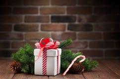 Caja de regalo de la Navidad y rama de árbol Foto de archivo
