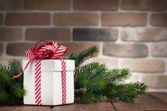 Caja de regalo de la Navidad y rama de árbol de abeto Fotos de archivo