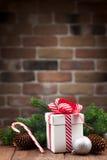 Caja de regalo de la Navidad y rama de árbol de abeto Imágenes de archivo libres de regalías