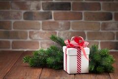 Caja de regalo de la Navidad y rama de árbol de abeto Imagenes de archivo
