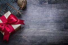 Caja de regalo de la rama del pino de la chuchería de la Navidad en de madera Imágenes de archivo libres de regalías