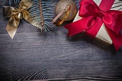 Caja de regalo de la rama del pino del arco de la bola de la Navidad en de madera Fotos de archivo