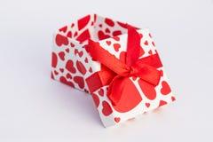 Caja de regalo de la tarjeta del día de San Valentín imagenes de archivo