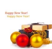 Caja de regalo de oro con las bolas de la Navidad Imagen de archivo