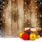 Caja de regalo de oro con las bolas de la Navidad Fotografía de archivo