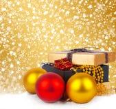 Caja de regalo de oro con las bolas y las guirnaldas de la Navidad Fotos de archivo libres de regalías