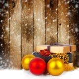 Caja de regalo de oro con las bolas y las guirnaldas de la Navidad Imagen de archivo libre de regalías