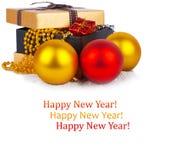 Caja de regalo de oro con las bolas y las guirnaldas de la Navidad Fotografía de archivo
