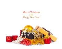 Caja de regalo de oro con las bolas y las guirnaldas de la Navidad Foto de archivo libre de regalías