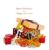 Caja de regalo de oro con las bolas y las guirnaldas de la Navidad Foto de archivo