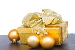 Caja de regalo de oro con las decoraciones de la Navidad Imagen de archivo