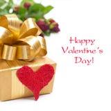 Caja de regalo de oro, corazón rojo y rosas, aislados Imágenes de archivo libres de regalías