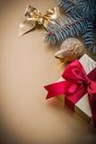 Caja de regalo de oro de la rama del abeto del arco de la bola de la Navidad Imagen de archivo libre de regalías