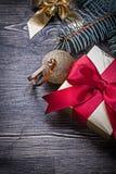 Caja de regalo de oro de la rama del pino del arco de la bola en de madera Fotografía de archivo libre de regalías