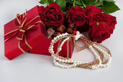 Caja de regalo de trufas de chocolate con las rosas rojas Fotografía de archivo