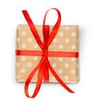 Caja de regalo de vacaciones de la Navidad en el papel manchado aislado en blanco Foto de archivo libre de regalías