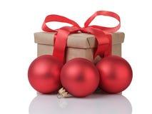 Caja de regalo de Wraped con las bolas rojas del arco y de la Navidad Imagen de archivo libre de regalías