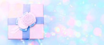 Caja de regalo decorativa de la bandera una en un fondo azul Imagen de archivo