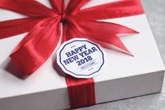 Caja de regalo del Año Nuevo con la tarjeta de felicitación Fotos de archivo