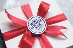 Caja de regalo del Año Nuevo con la tarjeta de felicitación Fotografía de archivo libre de regalías