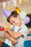 Caja de regalo del abarcamiento del muchacho durante fiesta de cumpleaños Foto de archivo