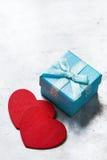 Caja de regalo del amor del día de tarjetas del día de San Valentín con la cinta y los corazones rojos Fotos de archivo libres de regalías