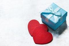 Caja de regalo del amor del día de tarjetas del día de San Valentín con la cinta y los corazones rojos Imágenes de archivo libres de regalías