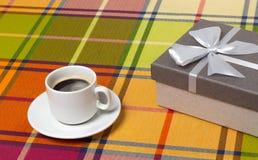 Caja de regalo del café en la tabla Fotografía de archivo libre de regalías