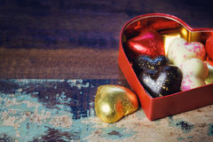 Caja de regalo del chocolate para la celebración del día de fiesta del día de tarjeta del día de San Valentín en fondo de madera Fotos de archivo libres de regalías