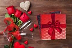 Caja de regalo del día de tarjetas del día de San Valentín y rosas rojas Fotografía de archivo libre de regalías