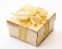 Caja de regalo del oro fotos de archivo